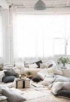 ไอเดียตกแต่งมุมพักผ่อนสีขาวสุดชิล ไว้สำหรับนั่งดูหนังสบายๆ ที่บ้าน