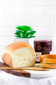 This homemade white bread recipe is easy to make and so delicious! Soft, tender, with the perfect crumb, it's the ideal loaf of sandwich bread! Bakery Recipes, Brunch Recipes, Snack Recipes, Cooking Recipes, Vegetarian Recipes, Best White Bread Recipe, Homemade White Bread, Easy Sandwich Bread Recipe, Easy Bread Recipes