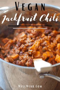Enjoy a hearty and meaty vegan chili with this Vegan Jackfruit chili. It's 100% plant-based, delicious, ready in under an hour, and perfect for leftovers. #healthyveganrecipes #easyveganrecipes #vegandinner #glutenfreedinner #chili #healthychili