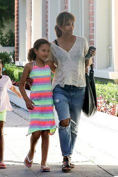 Resultado de imagen para halle berry con sus hijos Halle Berry, Google, Style, Fashion, Sons, Celebs, Swag, Moda, Fashion Styles