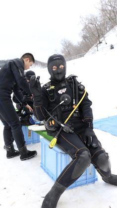 Fully masked Winter Scuba Lady getting prepared Women's Diving, Scuba Diving Gear, Biker Gloves, Scuba Girl, Womens Wetsuit, Underwater Life, Rain Wear, Snorkeling, Motorcycle Jacket