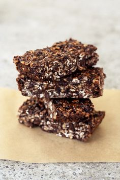 Chocolate Peanut Butter Road Trip Energy Bars (Gluten-free + Vegan)  // www.tasty-yummies.com // @tastyyummies