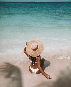 Check out these super cute summer photo shoot ideas and summer instagram pictures! #summerphotoshoot #summerphotoshootideas #summerinstagram Beach Photography Poses, Summer Photography, Levitation Photography, Exposure Photography, Abstract Photography, Cute Beach Pictures, Tumblr Beach Pictures, Shotting Photo, Photographie Portrait Inspiration