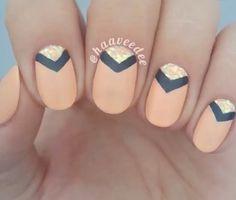 Nude... Con decoración en triángulo negro y glitter dorado...