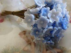 Usted recibirá 4 flor de cristal blanco y azul de R.f. alemana vintage seleccionados al azar en alambre headpins. Estas flores miden 10 mm de diámetro y la longitud del perno es de 75 mm.