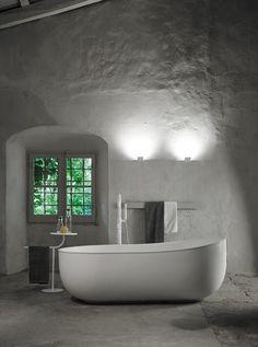 Этот набор аксессуаров для ванной составляют две скульптурные фигуры. Простые, знакомые, но при этом современные формы образуют свежие и практичные решения.