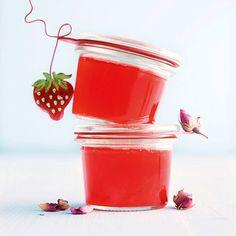 Das Erdbeer-Rosen-Gelee ist raffiniert und schmeckt sehr lecker. Zudem lässt es sich sehr schnell und einfach zubereiten. Einfach nachkochen, es lohnt...