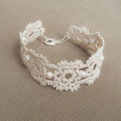 Articles similaires à Mariage dentelle manchette bracelet floral perles mariée rétro vintage style rustique perlé - beige sur Etsy