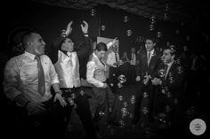 Nos encantan estos momentazos del novio con los amigos porque... ¿Qué sería de las bodas sin los amigos? #fotografía #captandoelmomento #bodasLugo #bodasGalicia #wedding #weddingphoto