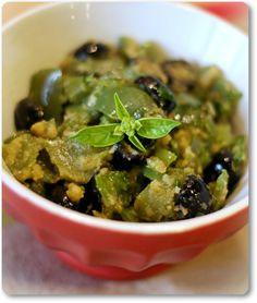 Peperoni verdi con olive e basilco