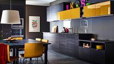 Cucina moderna scura con ante TINGRYD JÄRSTA e piani di lavoro scuri.
