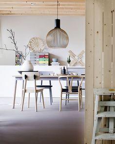 Прекрасные дизайнерские светильники из дерева производятся финской компанией Secto Design с 1999 года. Выпускаются они и до сих пор, в более новых формах, стилях, материалах и со световыми эффектами. Изготавливают они вручную высококвалифицированными специалистами из древесины березы по эскизам финского архитектора Seppo Koho