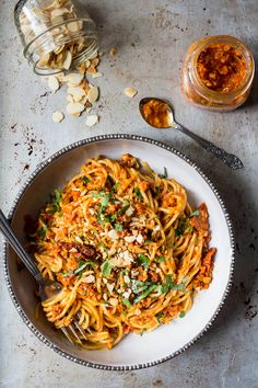 Spaghettis au pesto de tomates séchées et poivrons rôtis - K pour Katrine Yummy Pasta Recipes, Healthy Recipes, Mozzarella, Confort Food, Pasta Al Dente, Pesto Sauce, Greens Recipe, Italian Recipes, Healthy Eating