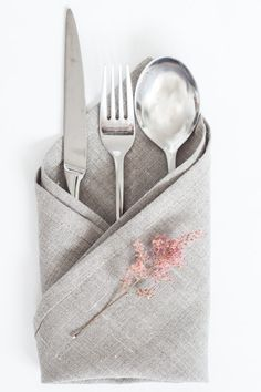 Napkins, napkins, napkins! Cloth napkins made of 100% linen fabric. They create an elegant atmosphere on your table and can be folded just as you like.