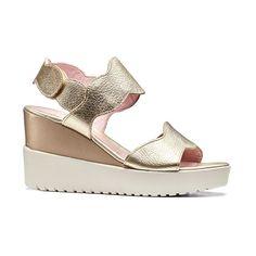 ELY 1 - sandalo zeppa in pelle oro con fasce sagomate. Avvolte il piede come b011f58d222