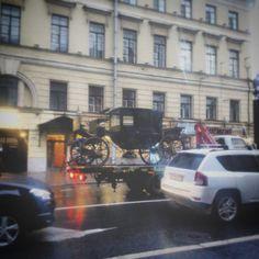 Культурная столица в одной картинке: эвакуатор везёт карету