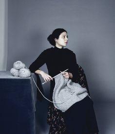 La Tricoteuse Série Chambre Ordinaire, 2006-2007 Ji Yeon Sung Date : 2006 Support : Photographie Dimension : 110 x 110 cm Tirage lambda contrecollé sur aluminium