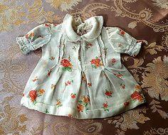 huebsches-Puppenkleid-aus-Baumwollbatist-Rosenmuster-mittelgross-antik