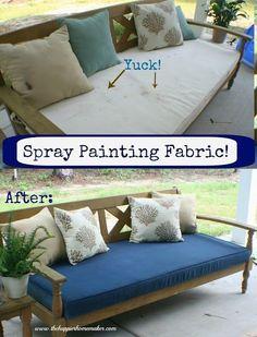 Recouvrez cette ignoble moisissure sur les meubles de la terrasse en passant la bombe de peinture DIRECTEMENT SUR LE TISSU.