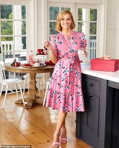 Reese Witherspoon just channeled her legendary character Elle Woods in an all-pink outfit from the new Draper James' spring collection with a casual reference to the film Legally Blonde. Pink Outfits, Pretty Outfits, Pretty Dresses, Fashion Outfits, Legally Blonde Outfits, Reese Witherspoon Style, Southern Women, Draper James, Mellow Yellow