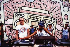 Artist Keith Haring next to DJ Angel Ortiz in front of one of Keith's urban murals Keith Haring, Haring Art, Bad Painting, Jm Basquiat, Keith Allen, Pop Art, Street Art News, Record Players, Street Culture