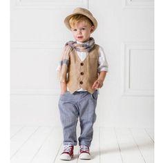 To Κουστούμι Luigi της Cat in the Hat είναι ένα boho style set από σύμμικτο βαμβακερό γιλέκο, διακοσμημένο με μεταλλικά κουμπιά. Το παντελόνι είναι από εξαιρετικής ποιότητας βαμβακερό ύφασμα νηματοβαφή και λινή πουκάμισα με μάο γιακά. Το σετ αποτελείται από 5 τεμάχια (παντελόνι, πουκάμισο, γιλέκο, καπέλο και ασορτί φουράλι). Μία εξαιρετική επιλογή βαπτιστικού ρούχο από την ανανεωμένη νέα συλλογή για Άνοιξη και Καλοκαίρι 2017 Baby Boy Outfits, Kids Outfits, Kids Fashion Boy, Luigi, Kids Wear, Kids Boys, Marie, Hipster, Sewing