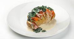 Verwarm de oven voor op 200°C hetelucht (of 220°C bij boven- en onderwarmte). Snijd de aardappel(en) dwars in fijne schijfjes, maar net niet helemaal tot beneden. Er ontstaat een soort …