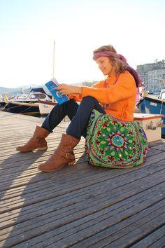 Patty figlia dei fiori...sciarpe in seta attorcigliate come bandana, giacca ciolo in cotone, borsa nepal e.....libro di Aivanhov! Foto Arianna Negri #india #elba #spiritualità #abbigliamento