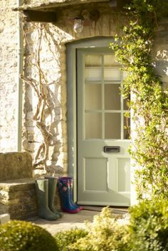 Fairytale luxury self-catering cottage in Fulbrook Oxon just a mile from Burford village in the Cotswolds. A cottage simply perfect in every way. Best Front Door Colors, Best Front Doors, Front Door Paint Colors, Painted Front Doors, Paint Colours, Green Front Doors, Cottage Front Doors, Cottage Door, Cottage Homes