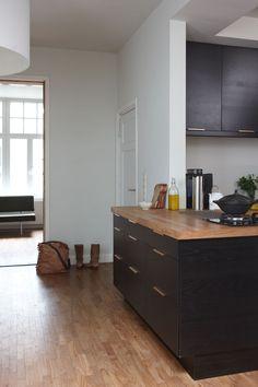 Twee arbeiderswoningen in Maastricht - vtwonen. Mooi hoe het keukenblok iets doorloopt!