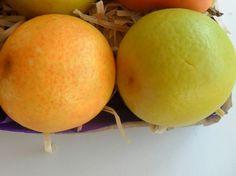 Sabonete Hidratante Laranja <br>Produzido com matéria prima hipoalergênica <br> <br>Propriedades: <br>- Base glicerinada branca; <br>- Lauril líquido; <br>- Essência de laranja lima: <br>- Extrato glicólico natural de limão. Possui propriedades anti-sépticas, adstringentes, desodorizantes e bacteriostáticas, além de ter ação anti-oleosidade para a pele. <br>- Corante e pigmento cosmético a base de água. <br> PREÇO REFERENTE A UMA UNIDADE <br> <br>Embalagem: Plástico especial para sabonetes…