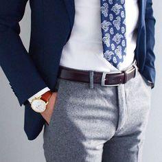 Un look chic avec un pantalon texturé en flanelle et une cravate à motif ++