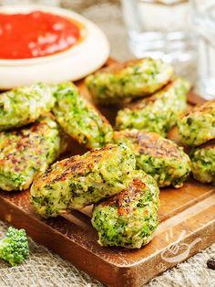 Provate le Polpettine di broccoli e formaggio: appetitosi bocconcini a base di patate, broccoli e toma, accompagnate da una saporita salsa di pomodoro.