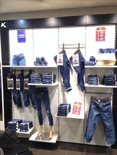 Clothing Boutique Interior, Boutique Decor, Clothing Store Displays, Clothing Store Design, Christmas Window Display Retail, Denim Display, Visual Merchandising Displays, Jeans Store, Store Interiors