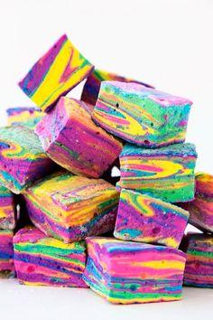 DIY Tie Dye S'mores - Studio DIY DIY Tie Dye S'mores :: how to make colorful rainbow swirl marshmallows! Love it!<br> Make colorful tie dye s'mores with homemade rainbow marshmallows! Fête Tie Dye, Tie Dye Party, Recipes With Marshmallows, Homemade Marshmallows, Cake Pops, Photos Folles, Smores Dessert, Unicorn Foods, Marshmallow Treats