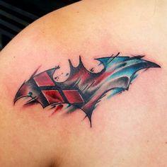 60+ Quirky Harley Quinn Tattoo-Ideen – Holen Sie sich Ihre i... Harley Quinn Tattoo, Tatuaje Harley Quinn, Harley Tattoos, Alas Tattoo, Dc Tattoo, Comic Tattoo, Batman Tattoo, Batman Symbol Tattoos, Best Sleeve Tattoos