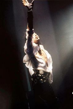 This photograph of Michael Jackson gives me chills. Magnificent performer~