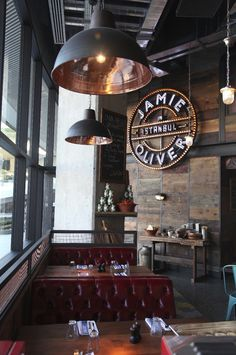 What about a special place to have your meal like a vintage industrial bar or restaurant? Today we bring you that. Cafe Restaurant, Restaurant Vintage, Italian Restaurant Decor, Luxury Restaurant, Restaurant Lighting, Cafe Menu, Restaurant Branding, Restaurant Ideas, Café Bar