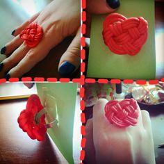 Anello regolabile con nodo raffigurante un cuore. Tanto amore impiegato nel fare questo piccolo bijou rosso come il colore della passione. Fatto a mano.