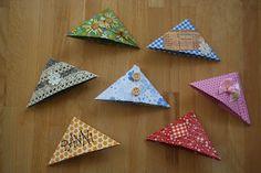Kifli és levendula: Hajtogatott könyvjelző Origami, Paper Crafts, Tableware, Croissant, Diy, Recipes, Flower Centerpieces, Paper Envelopes, Crates