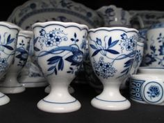 109: ONE HUNDRED PCS HUTSCHENREUTHER BLUE ONION DISHES : Lot 109