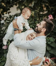 This is a dialogue talking about polygamy in Islam. Why is a man or husband allowed to marry more than one wife in Islam? Couple Musulman, Couple With Baby, Cute Love Couple, Cute Family, Beautiful Family, Muslimah Wedding Dress, Muslim Wedding Dresses, Disney Wedding Dresses, Muslim Brides