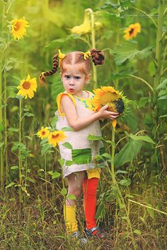 Sunflower Field Pictures, Sunflower Photography, Fairy Pictures, Ginger Girls, Sunflower Fields, Artistic Photography, Painting For Kids, Beautiful Children, Funny Faces