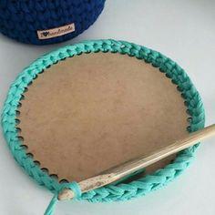 Elo7   Produtos Fora de Série Crochet Round, Crochet Squares, Knit Crochet, Easy Crochet, Crochet Storage, Basic Embroidery Stitches, Crochet Purses, Crochet Accessories, Handmade Bags