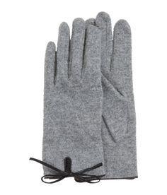 ¡Echa un vistazo! Guantes de punto fino en mezcla de lana con ribetes en piel sintética. – Visita hm.com para ver más.