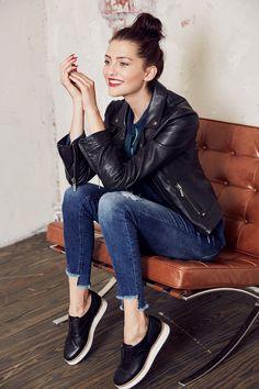 Rockig! @aboutyoude Idol Fata in ihrem BIKER WEEKEND STYLE mit Lederjacke, Destroyed-Jeans und coolen Sneakern.