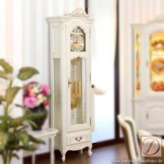 Standuhr WIEN weiß B60cm Ahorn Massivholz - Geschmackvolles Design und die Liebe zum Detail lassen Sie die Zeit nicht aus dem Auge verlieren! Diese Uhr macht in jedem Raum eine gute Figur. Ein langlebiger Zeitgenosse im Landhausstil.
