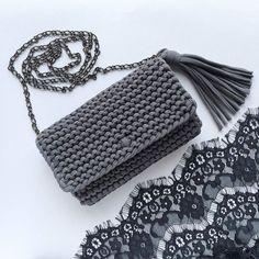 Bolso  tejido a trapillo color negro pequeño con cadena y botón magnético con lindos accesorios.  by @katerinka_kasyanova  #handmade #diy #cosy #knit #knitting #trapillo #tshirtyarn #crochet #stitch #knittersofinstagram #yarn #crocheting #instacrochet #tejer #ganchillo #yarnaddict #handcraft #knitwear #shopsmall #crochetersofinstagram #Labrigo