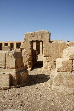 Templo De Seti I , Abydos: restos de los pilares y pared del primer pórtico con una puerta que lleva al segundo patio.