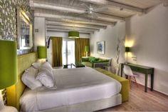 une chambre à coucher blanche aux accents vert anis